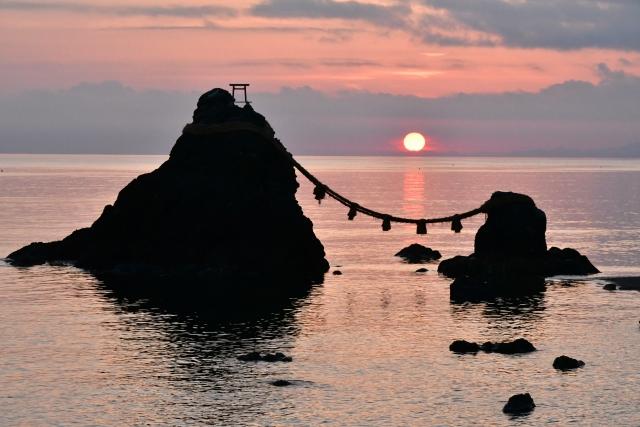 「二見興玉神社」夫婦岩の間から朝日が昇る様子