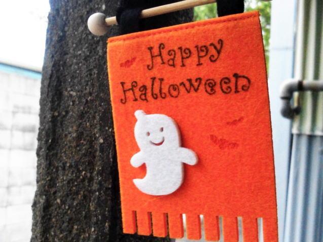 家の入口にハロウィンの飾りつけをしている